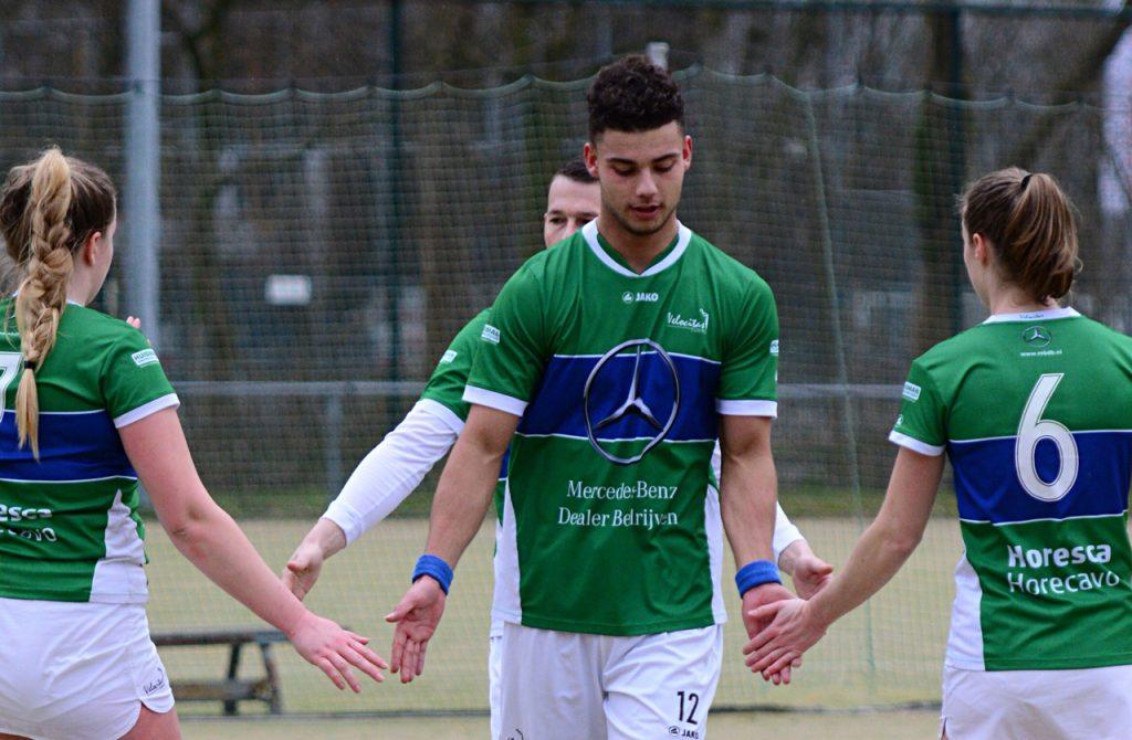 Spelers van korfbalvereniging Velocitas geven elkaar een high-five