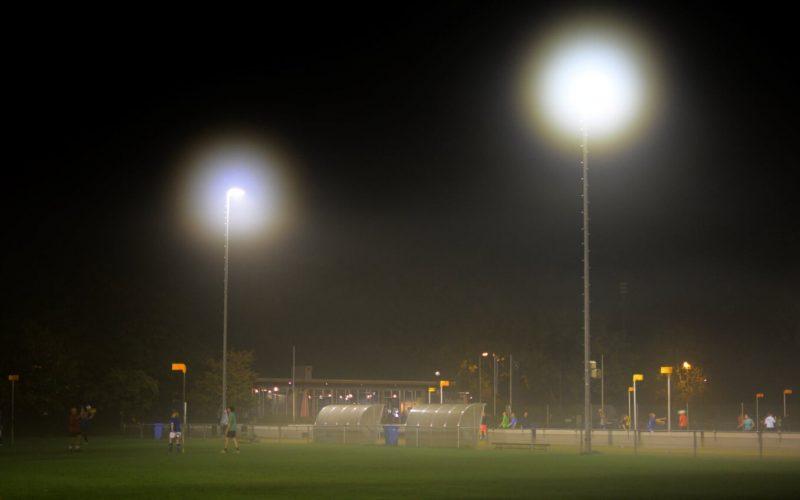 Foto van de kantine van Velocitas in de avond met spotlichten