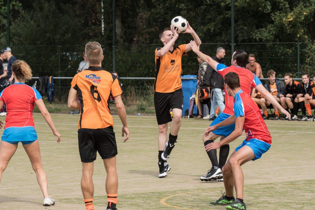 Speler lost schot op korf tijdens een wedstrijd op het Velocitastoernooi
