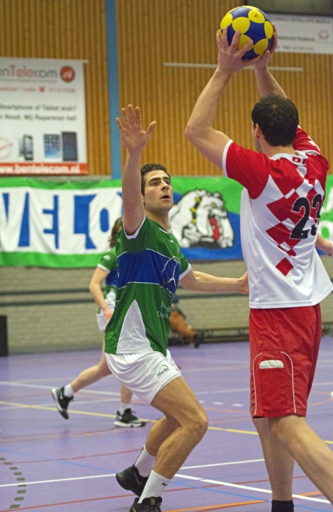 Velocitas speler Max Verschoor verdedigt zijn tegenstander tijdens de korfbalwedstrijd Velocitas 1 - Des 1