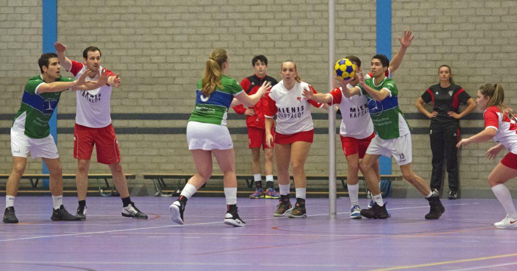 Velocitas speelster staat klaar voor een vrije bal tijdens korfbalwedstrijd Velocitas - Des