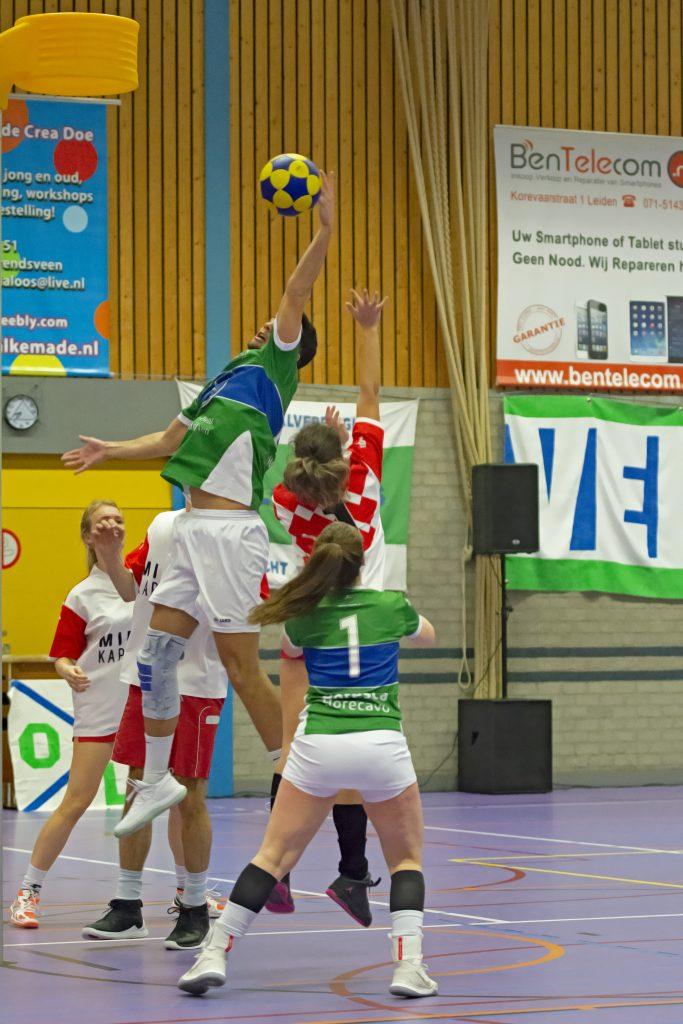 Mitchell de Boer springt naar de bal onder de korf tijdens de korfbalwedstrijd Velocitas - DES